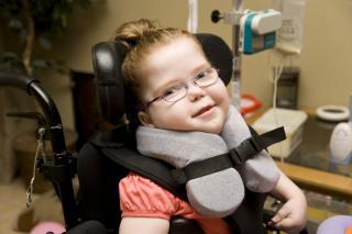 Niña con necesidades especiales en silla de ruedas