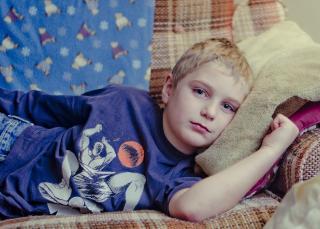 Niño estirado en el sofá