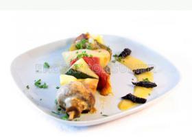 Brocheta de hortalizas con crema de albaricoque y ciruela. Imagen: Consumer Eroski