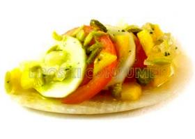 Ensalada de tomate, melocotón y pepino con aliño de encurtidos. Foto: Eroki