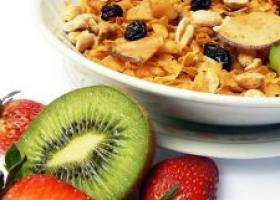 Bol de yogur natural con muesli y frutas. Foto: Freeimages