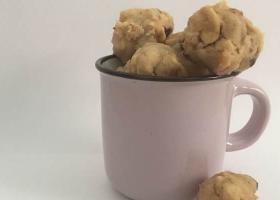 Keto-bocados de mantequilla de cacahuetes con pepitas de chocolate