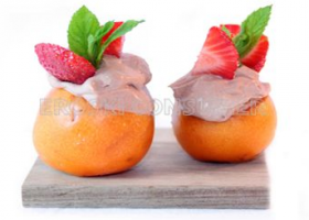 Nísperos rellenos de trufa con fresas y hierbabuena. Foto: Consumer Eroski