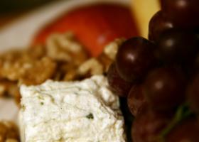 Brocheta de queso especial agar-agar y uvas negras. Foto: Quinn Anya