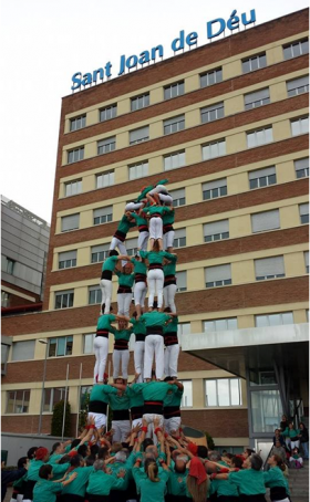 Castellers de Vilafranca ante el Hospital Sant Joan de Déu