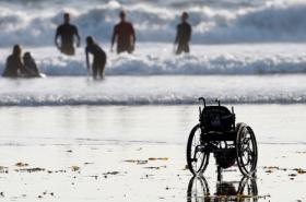 Silla de ruedas de adolescente abandonada en la playa. Foto: SomosMedicina