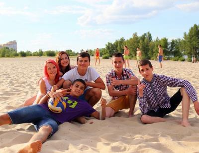Adolescentes en playa. Foto: Vladimir Pustovit (CC BY 2.0)