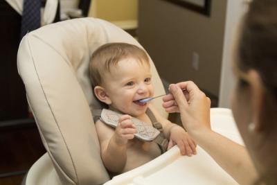 ¿Cómo alimentar al niño PKU?