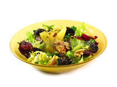 Ensalada de lechugas con pera y ciruelas. Imagen: Consumer Eroski