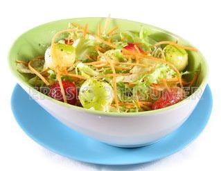 Ensalada lechugas y zanahoria con fresas, manzana golden. Foto: Consumer Eroski