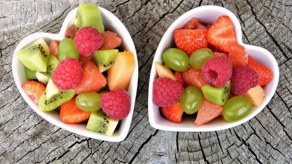 Macedonia de frutas de temporada con crujiente de galleta al caramelo