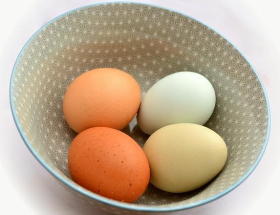 Huevos en bol de porcelana