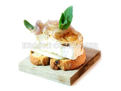 Tostada de queso fresco con peras y cebolla caramelizada. Imagen: Consumer Eroski