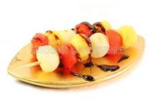 Brocheta de sandía, melón y piña con su jugo caramelizado. Imagen: Eroski Consumer