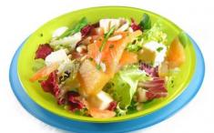 Ensalada con lechugas variadas, membrillo, salmón y queso. Foto: Consumer.es