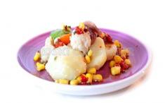 Ensalada templada de coliflor con vinagreta de pimiento y maíz. Imagen: Consumer Eroski