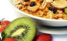 Bol de yogur natural con muesli y frutas. Foto: Freeimages