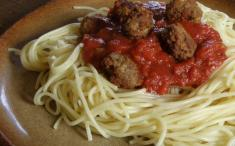 Spaghetti con tomate y albóndigas para dietas controladas en proteínas